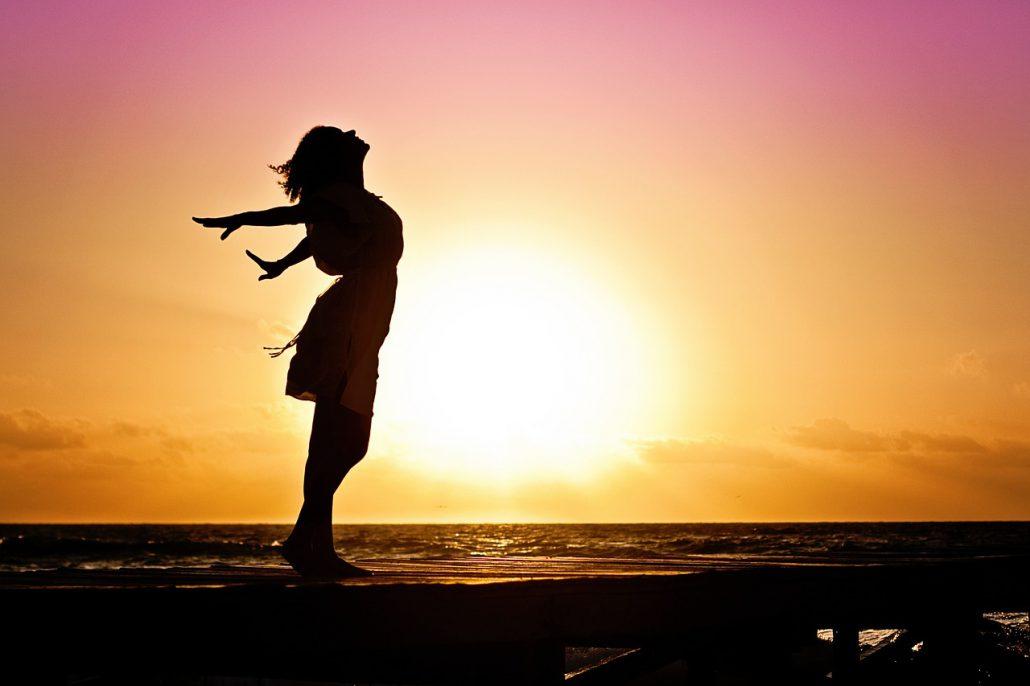 donna felice in spiaggia tramonto