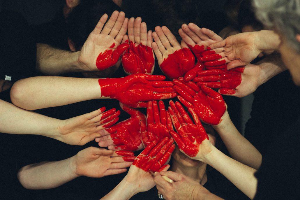 cuore mani rosso